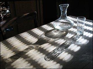 Karaffe und Trinkglas auf dem Eßzimmertisch