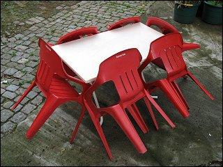 Tisch mit Stühlen in einem Fürther Hinterhof