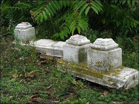 Fragment eines neben dem Fürther Recycling-Hof ordnungswidrig entsorgten Stein-Geländers