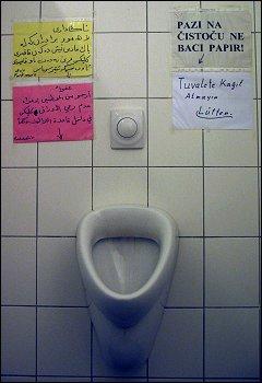 multilingual beschriftetes Urinal im Gebrauchtwarenkaufhaus 'Pack mers' zu Forchheim (Oberfr)