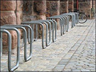 Fahrradständer an der Nürnberger Stadtmauer beim Neuen Museum (Klarissenplatz)