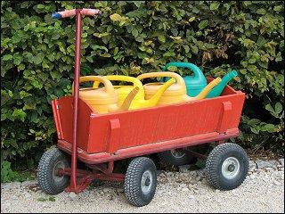 Bollerwagen mit Gießkannen