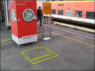 Raucherzone auf einem Bahnsteig des Nürnberger Hauptbahnhofes