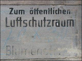 Luftschutz-Markierung in der Blumenstraße
