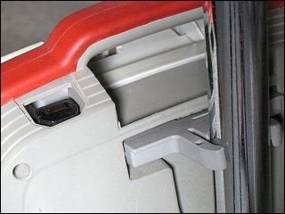 Staubsauger-Detail: Motorbürsten-Anschluß und Rohrhalterung