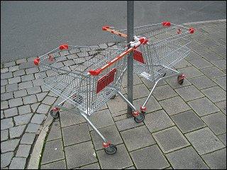 zwei innig verbundene Einkaufswagen