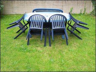 Tisch mit Stühlen in einem Fürther Hof