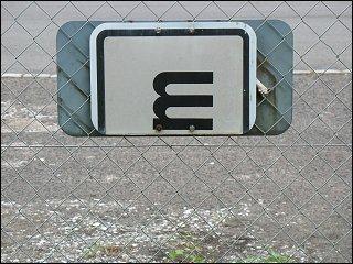 Schild am Parkplatzzaun des Landratsamtes in Fürth