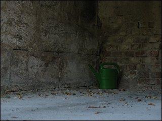 Gießkanne in der Garagen-Ecke