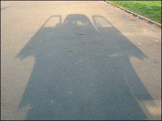 Schattenwurf der zonebattler'schen Renngurke mit geöffneten Türflügeln