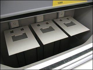 leere Federmagazine für Zigarettenschachteln im Kassenbereich eines ALDI-Marktes