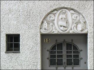Tür mit Relief