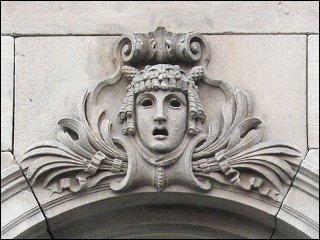 Maskenrelief am Stadttheater