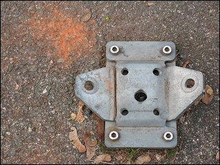 Aufgebogene Montageplatte einer Parkplatz-Sperre