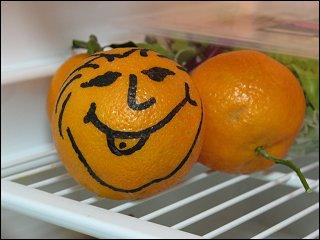 ganz und gar nicht unterkühlte Orange im Kühlschrank der dienstlichen Teeküche