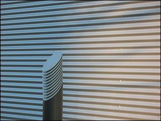 Fassadenverkleidung und Wegbeleuchtung an einem Bürohaus-Neubau