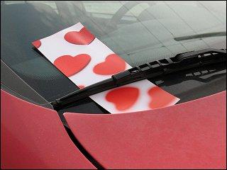Werbeflyer unter dem Scheibenwischer eines Autos