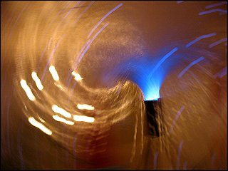 Glasfaserlampe, mit vorbeigezogener Kamera fotografiert