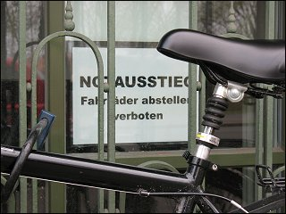 verstellter Notausstieg am Albrecht-Dürer-Gymnasium zu Nürnberg