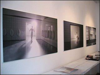 Ausstellung 'PutzMunter' mit einer Installation und Fotos von Peter Schmidt