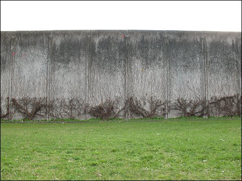 Mauer der Nürnberger Justizvollzugsanstalt