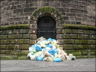 Plastikmüll-Säcke vor dem Nürnberger Königstorturm