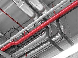 Rohrgewirr an der Decke einer ehemaligen AEG-Produktionshalle