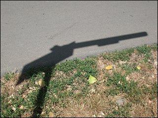 Schatten eines Verkehrsschildes im Fürther Pegnitzgrund