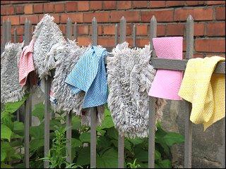 Feudel und Lappen beim Trocknen im zonebattler'schen Hinterhof