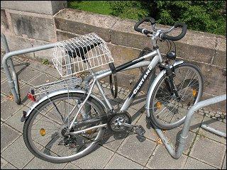 vor der Nürnberger Stadtmauer abgestelltes Fahrrad