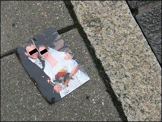 zerrissenes Hochzeitsfoto auf dem Bürgersteig einer Fürther Straße