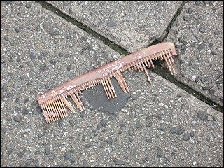 weggeworfener Kamm in Nürnbergs Fußgängerzone