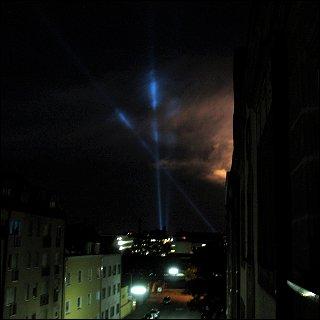 Feuerwerk und Flakscheinwerfer