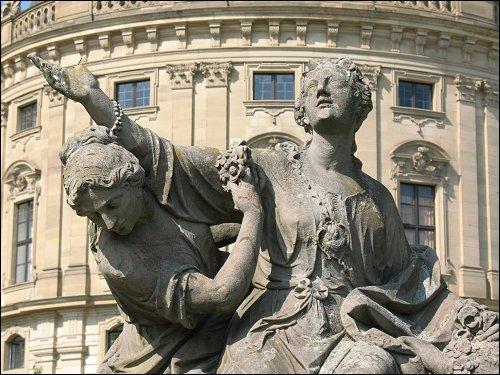 barocke Figurenpracht vor der Würzburger Residenz