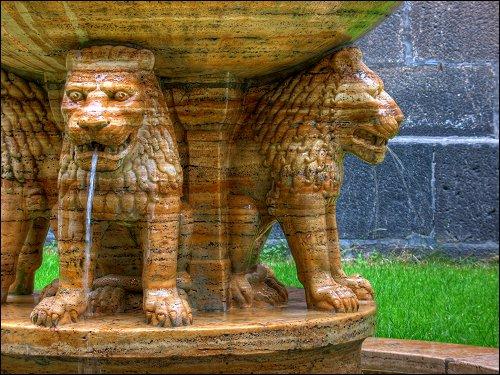 kunstvoll gestalteter Brunnen vor der Klosterkirche Maria Laach
