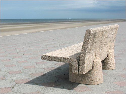 Beton-Bank am Strand von Dünkirchen