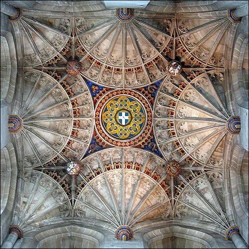 Blick zur Decke in der Kathedrale von Canterbury