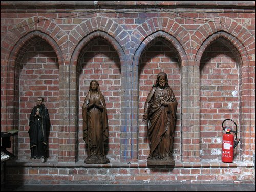 Sortiment Heiligenfiguren in der Kirche von Veurne (Belgien)