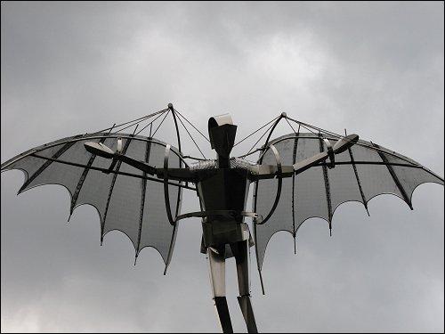 künstlich-künstlerischer Himmelstürmer vor der DGUV-Akademie in Bad Hersfeld