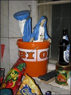 Madonnenfiguren im Plastikeimer