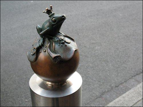 Der Frosch vor dem Juwelierladen