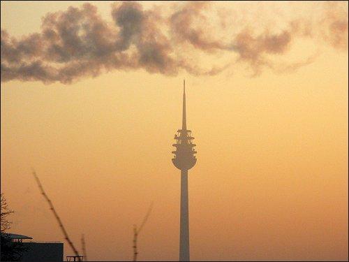 Blick aus dem gen Fürth eilenden Feierabendzug auf den Nürnberger Fernsehturm