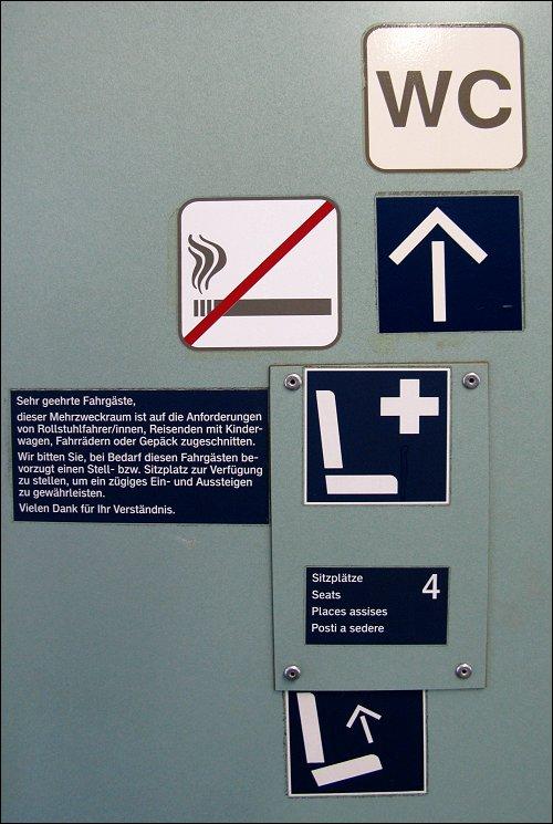 Piktogramme in einem Reisezugwagen von DB Regio