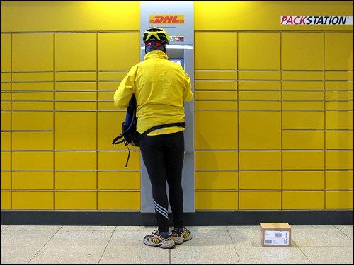 Postkunde an einer Packstation