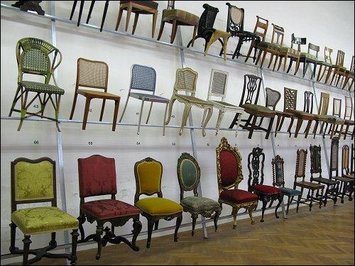 Ahnengalerie der Stühle im Wiener Museum für angewandte Kunst (MAK)