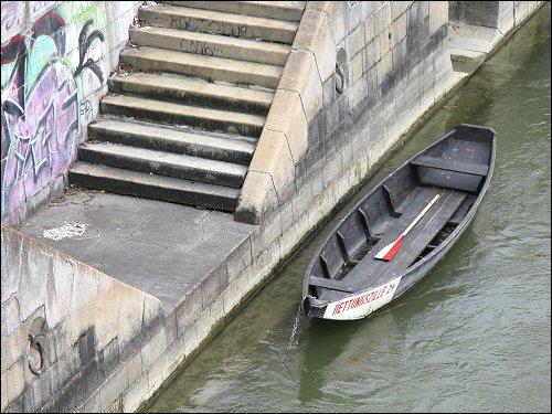 rotweißes Rettungsboot
