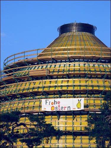 städtischer Ostergruß am neuen Faulturm der Fürther Kläranlage
