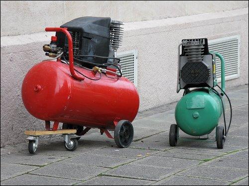 zwei kecke Kompressoren, auf dem Bürgersteig kokettierend