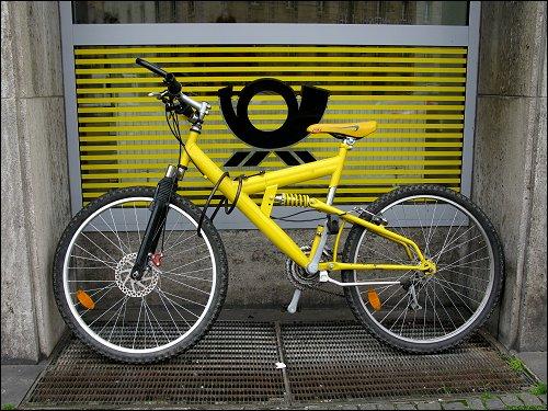 an der Nürnberger Hauptpost abgestelltes Fahrrad