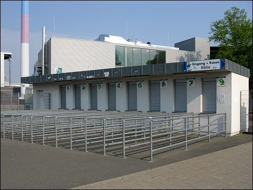 Kassenschlangenleitgitter am Fürther Playmobil-Stadion im Laubenweg